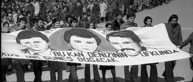 16 Mart'ta Beyazıt'ta katliamı sonrası İstanbul Üniversitesini işgal eden ilerici-devrimci gençler 7 gencin cenaze töreninde.