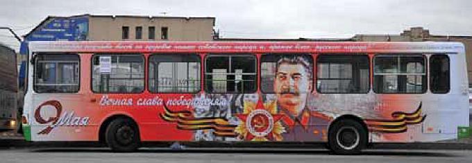 """2012 yılındaki """"Zafer Günü"""" kutlamalarında Stalin yoldaşın resimleriyle süslenen bir araç."""